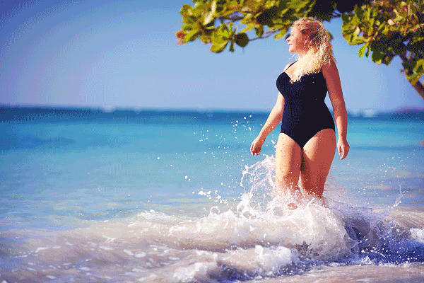BodyTite for Lipedema lady walking on beach